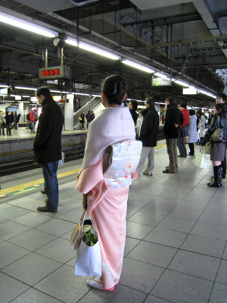品川站月台上候車的和服美女,應該是剛參加完婚禮之類的宴會