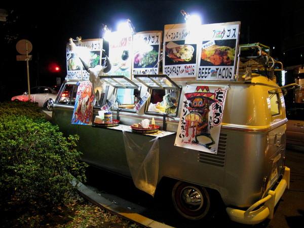 吃完比薩晚餐,出門看到路邊停著墨西哥塔可快餐車