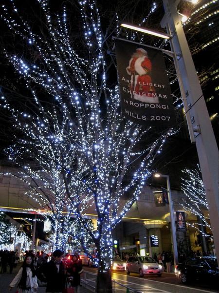 沿路懸掛的聖誕老人宣傳旗幟很可愛