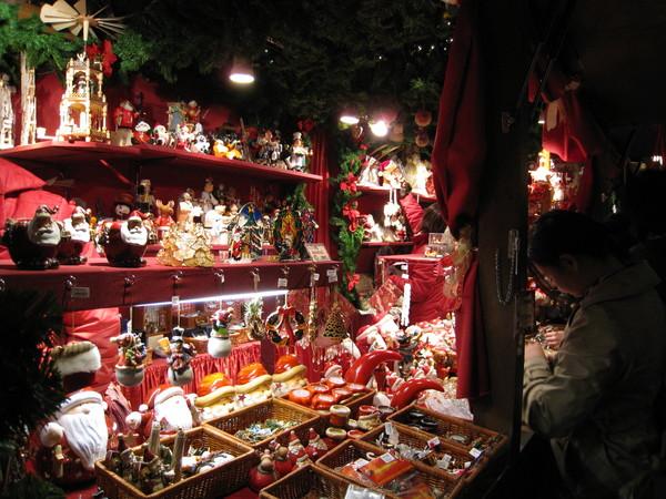 到處都擺攤賣聖誕飾品