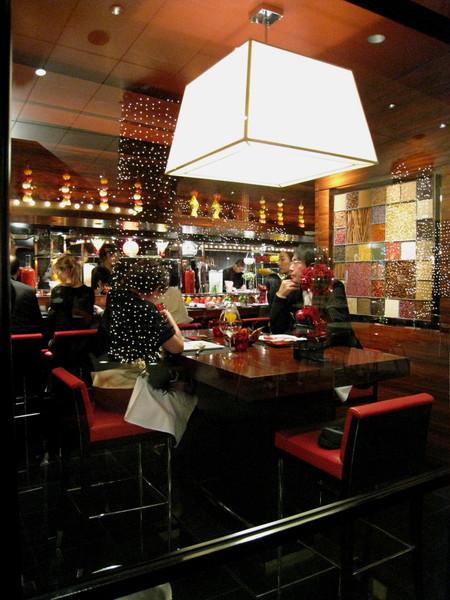 購物中心裡的高級餐廳,正在享用聖誕大餐的中年情侶