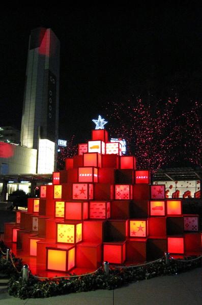 由禮物造型燈飾組成的聖誕樹,好可愛