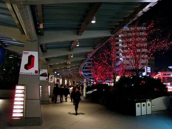 六本木Hills森大樓通往二樓廣場的長廊,有紅色燈飾妝點