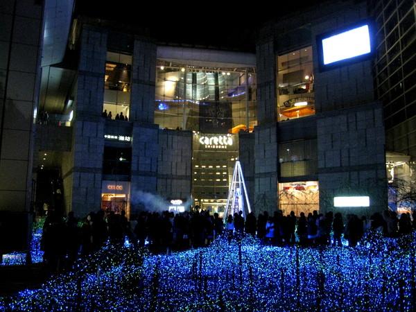 汐留的Caretta,11/30至12/25在2樓廣場展出以海洋為主題的聖誕燈光裝飾