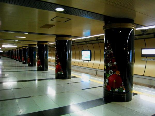 六本木站月台上所有圓柱都貼滿聖誕樹