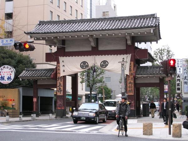 經過大本山增上寺的大型牌樓