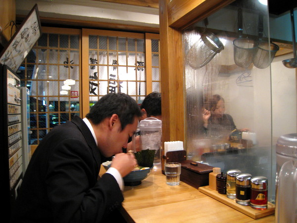 上班族先生吃拉麵吸得很大聲,超豪邁