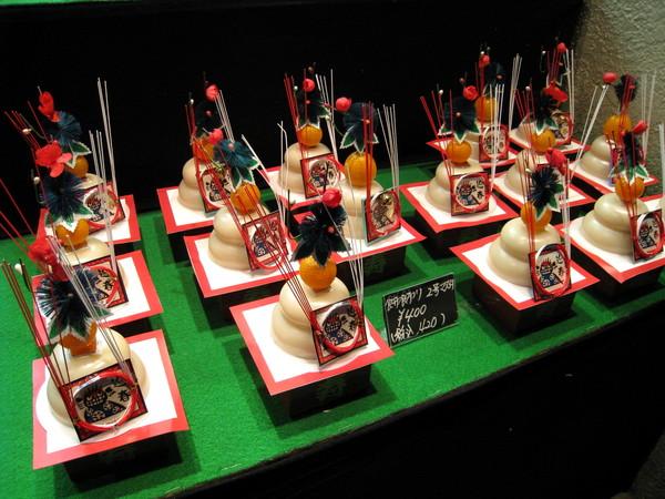 「鏡餅」(かがみもち),主要由日式年糕、橘子、和紅白相間的祈福紙組成