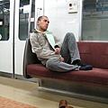 電車型男一定要會的必殺坐姿之二
