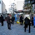 品川站前的廣場,有一大群男人聚在這個角落