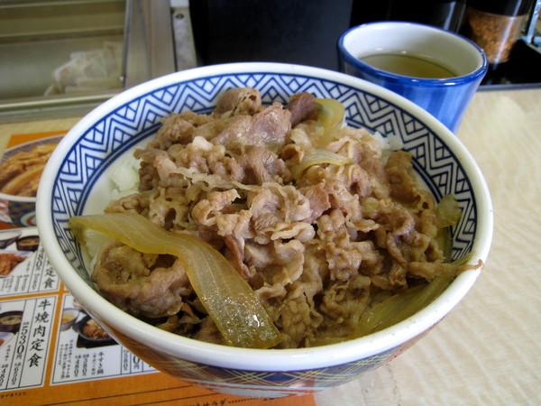 牛丼沒有印象中美味。在日本吃吉野家,容易萌生窮人的自憐情緒
