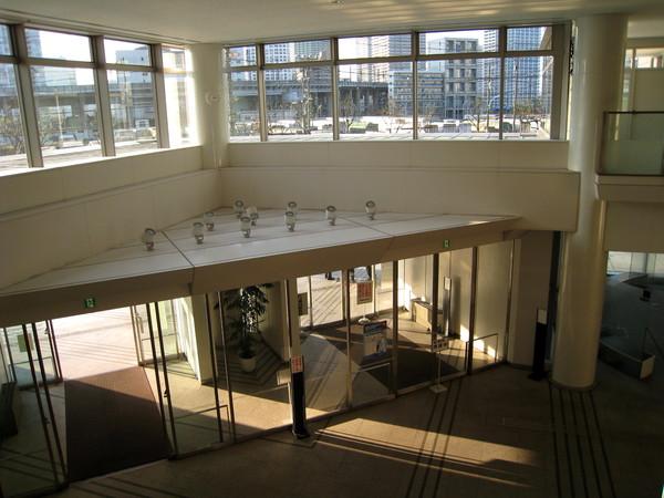 申請再入國許可請上二樓。此為從二樓俯瞰一樓大廳