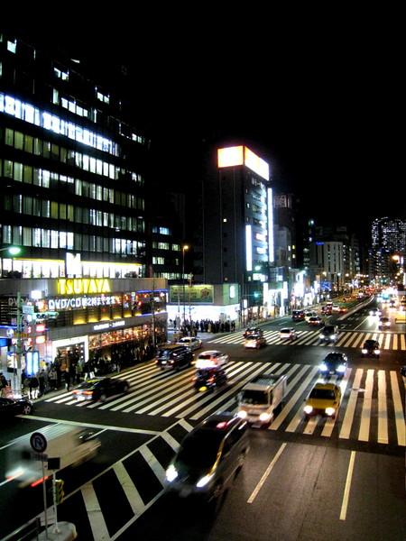 天黑了。田町站附近天橋上的夜景