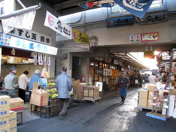跟著幾個老外觀光客的屁股後面,找到傳說中的「大和壽司」