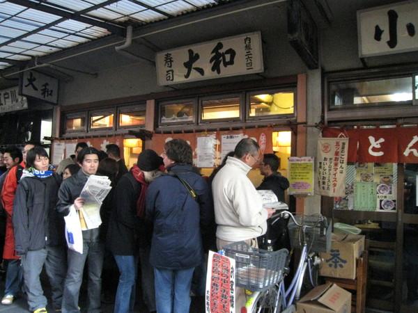 我們到的時候大約七點半,大和壽司前排成一條人龍