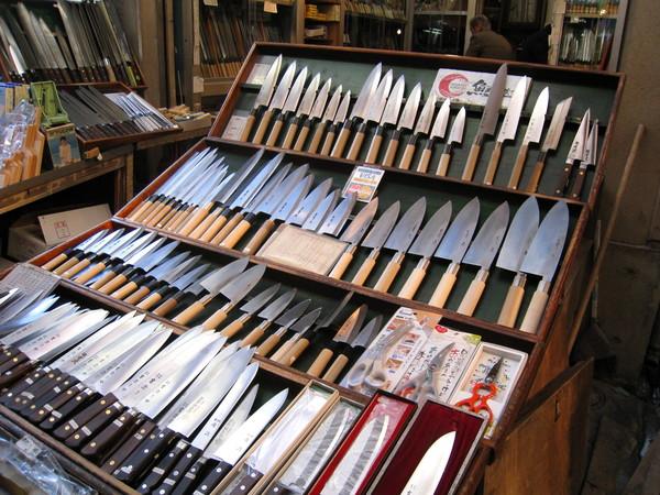 看著大大小小的片魚刀,突然想到下次回台要記得帶把中華菜刀來日本