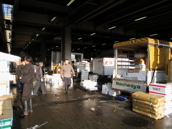四處可見忙碌的堆高機和生鮮水產搬運車