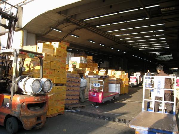 壽司店和雜貨店旁邊是市場,大盤批貨用的