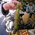 見我拍照,顧店的歐吉桑熱情的抓起山葵讓我拍個夠
