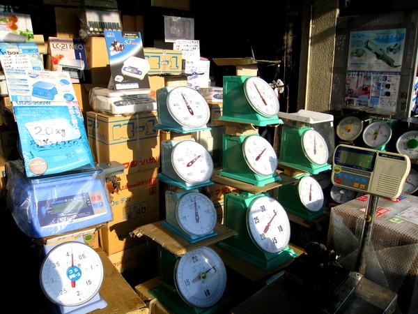 市場裡還有專賣磅秤的,別處很難看到這種店吧