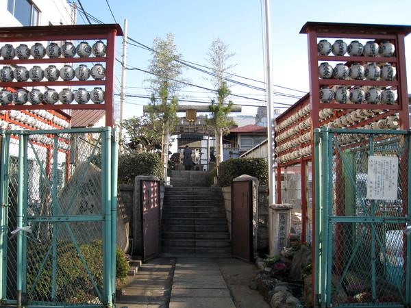 在築地市場邊瞥見這座不起眼的小神社