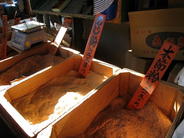 笨蛋,是柴魚啊!那些「木頭」削成片/磨成粉,就變成妳常吃的柴魚!