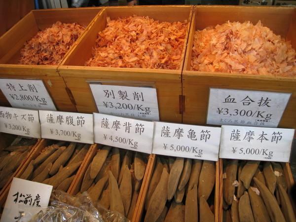 上面的片狀柴魚,原本長得像下面的木柴狀