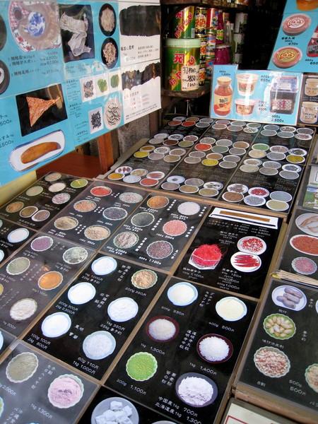 所有店內賣的調味品都可以在圖片上找得到
