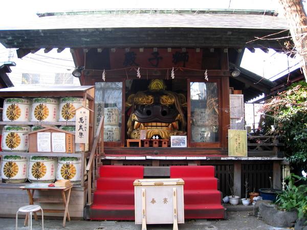 除了稻荷大神,波除神社左右各有兩殿,入口右邊的獅子殿供奉黑色公獅