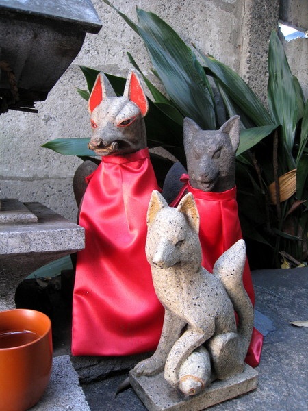據說神社裡的狐狸通常都是保佑商業繁盛,生意興隆