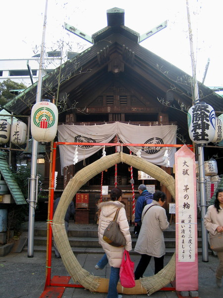 波除神社正殿前的「茅之輪」,繞三圈可消災解厄