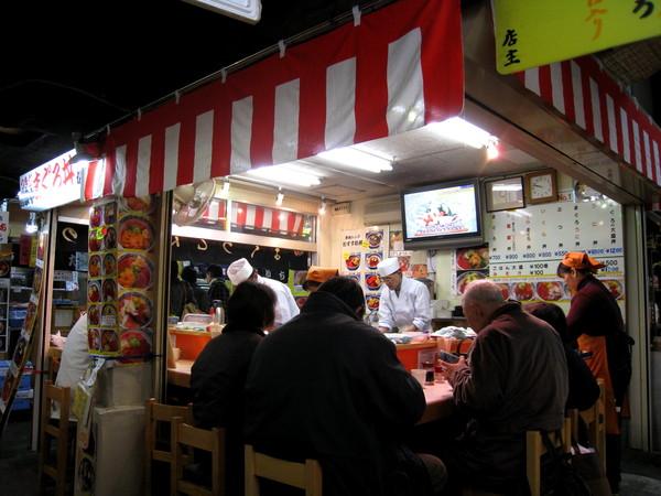 店面只有搭棚,很有台灣夜市的味道