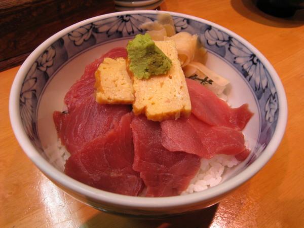 雖然700日圓不能挑剔什麼,還是有點後悔點了這碗平凡的鮪魚丼