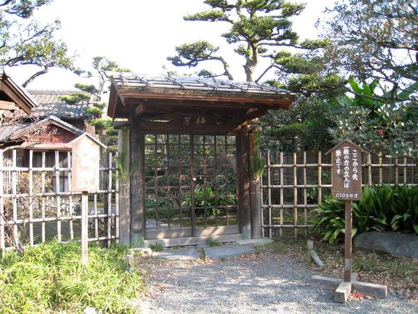 園內這座日式小平房禁止進入,不知通往哪裡
