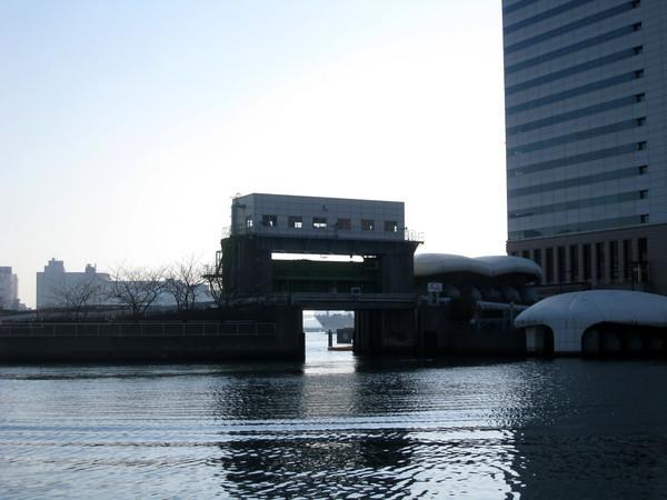 出了這個閘門,就是東京灣了吧