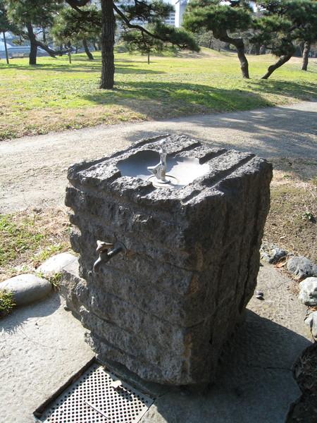 古樸可愛的石頭飲水/洗手台