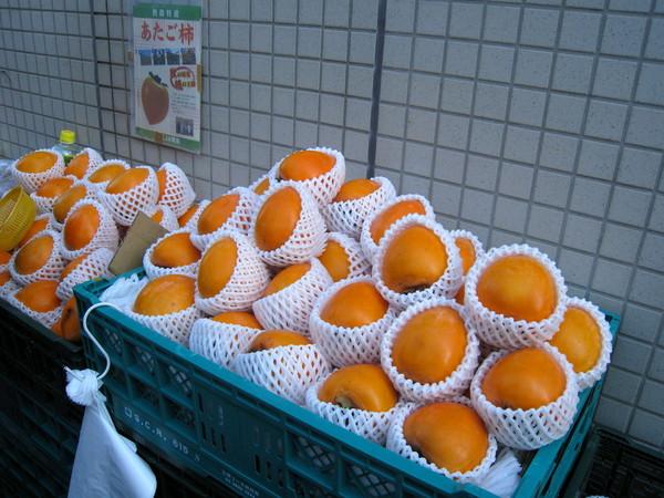 嘴饞,買了三顆大柿子共500日圓
