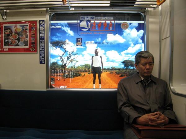 很妙的車廂廣告,不是印窗上的而是軌道燈箱,電車停靠才看得到