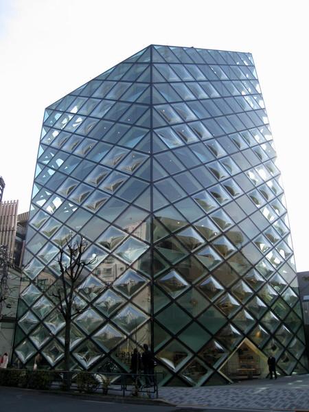 這棟青山的地標,據說是由知名瑞士建築師花費840片玻璃組成