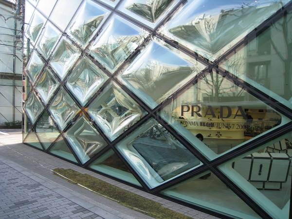 Prada青山店是座以菱形支架和曲面玻璃築成的透明屋