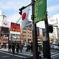 新年快到了,青山和表參道街上懸掛起日本國旗