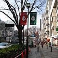 日本人似乎很喜歡在街頭掛布旗宣傳