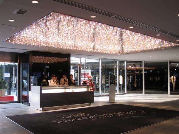 表參道Hills購物中心的大廳,水晶燈閃亮亮