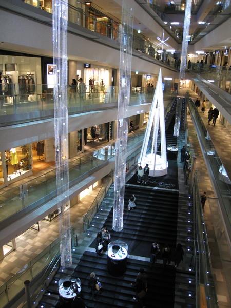 開幕時共有93家店進駐,以時尚服飾和精品美食為主