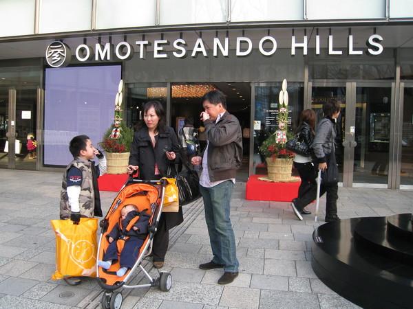 有錢的一家子結束表參道購物之旅,準備回家