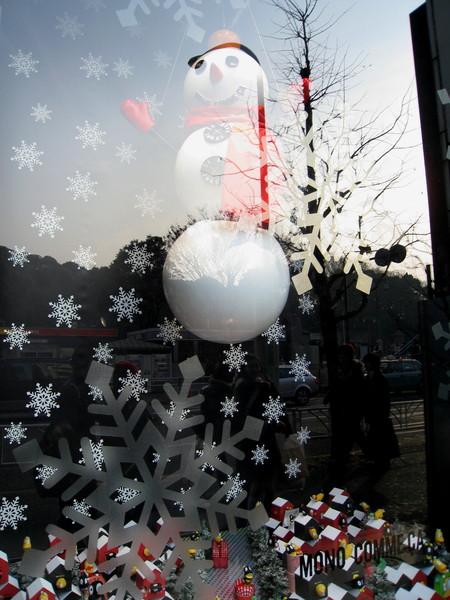 櫥窗裡的雪人會隨著音樂轉圈圈