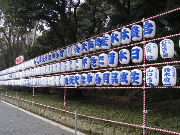 這排是由附近企業或個人奉獻的燈籠
