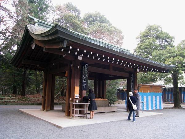 神宮大門左側,有座淨手亭