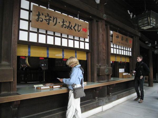 正殿旁提供簡介小冊,多半是觀光客在買