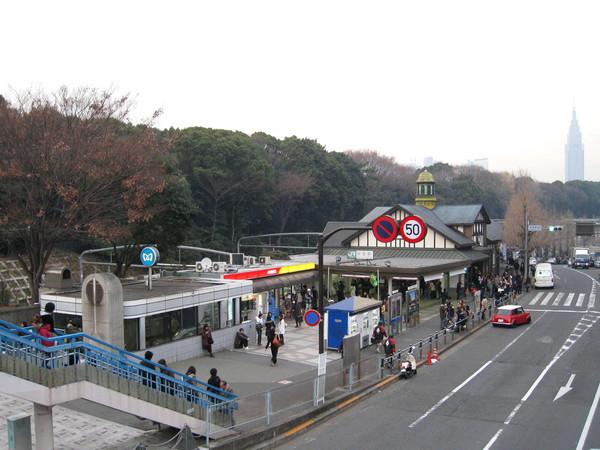天橋上鳥瞰原宿車站